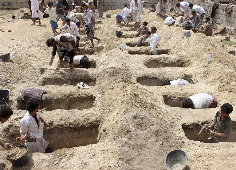 Yemenis dig graves
