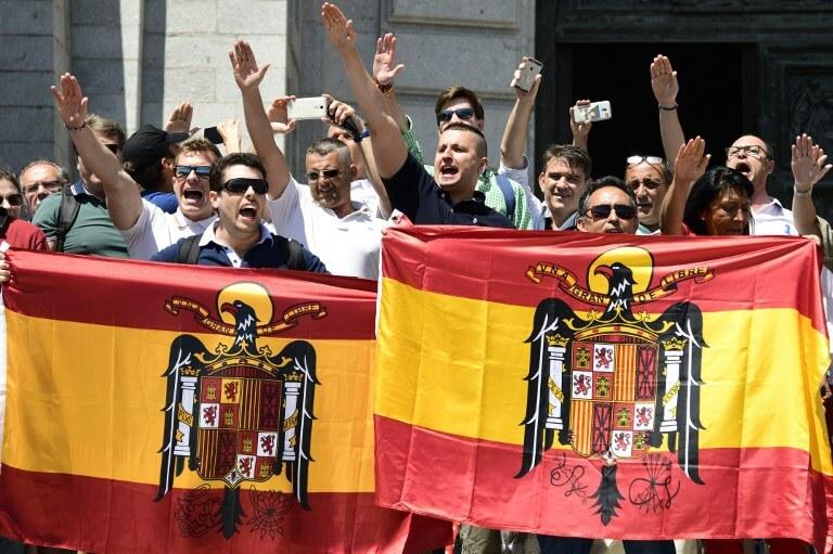 Fascist salutes at Franco's tomb