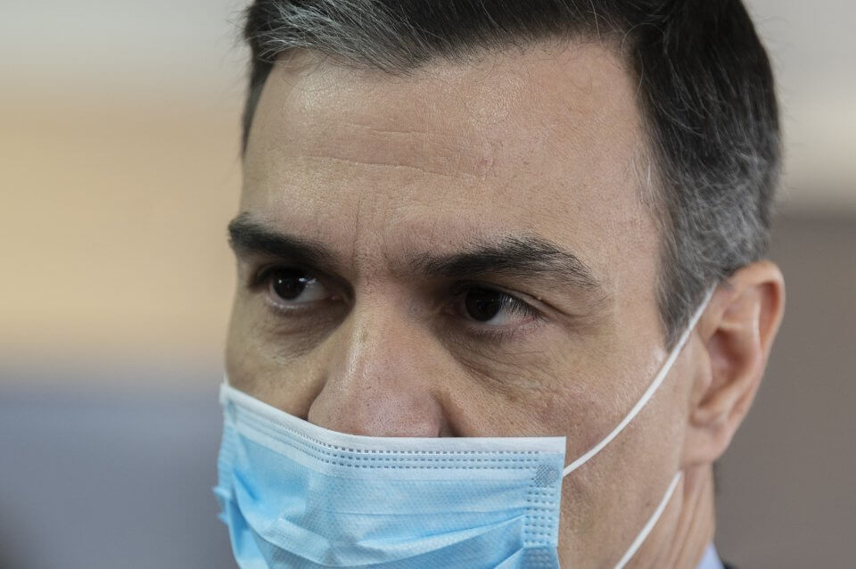 Pedro Sánchez during his visit to the Hersill factory on 3 April 2020 (Pool Moncloa / Borja Puig de la Bellacasa)