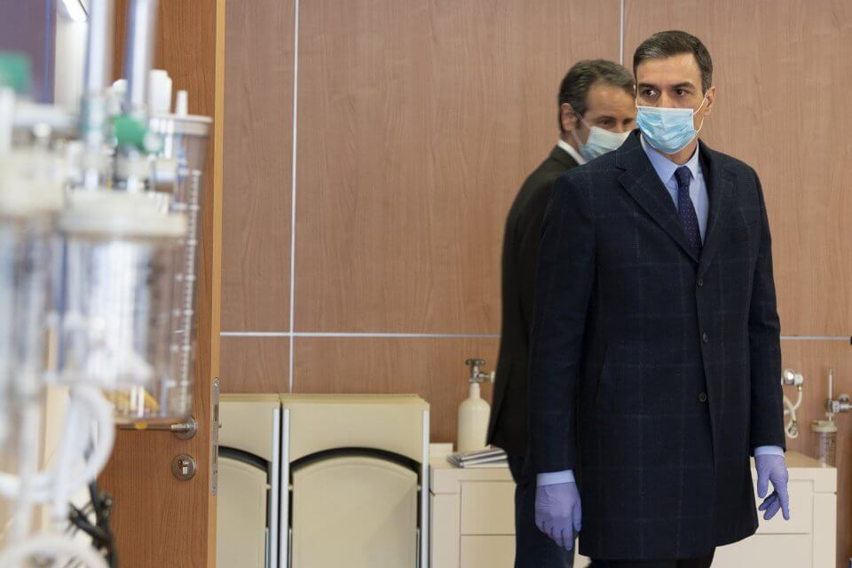 Pedro Sánchez during his visit to the Hersill factory on 3 April 2020 (Pool Moncloa / Borja Puig de la Bellacasa)