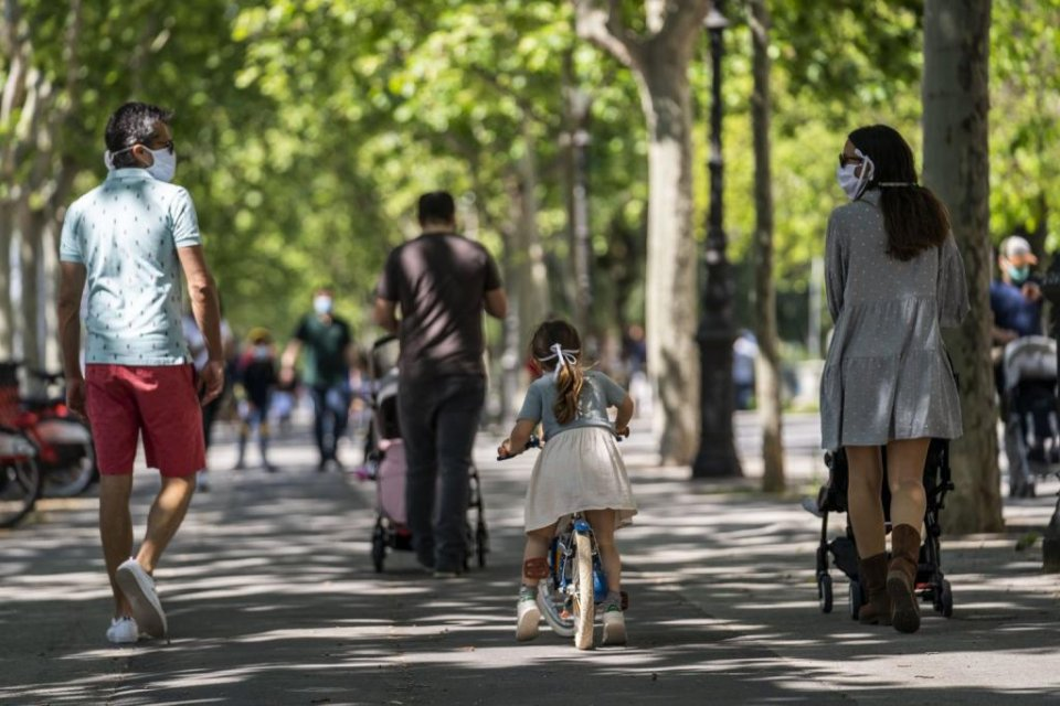 People wearing face masks and walking in Barcelona