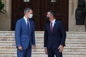 King Felipe VI meeting with Spanish Prime Minister Pedro Sánchez at the Palacio de Marivent in Palma (Mallorca) on 12 August 2020. (Pool Moncloa / Fernando Calvo)