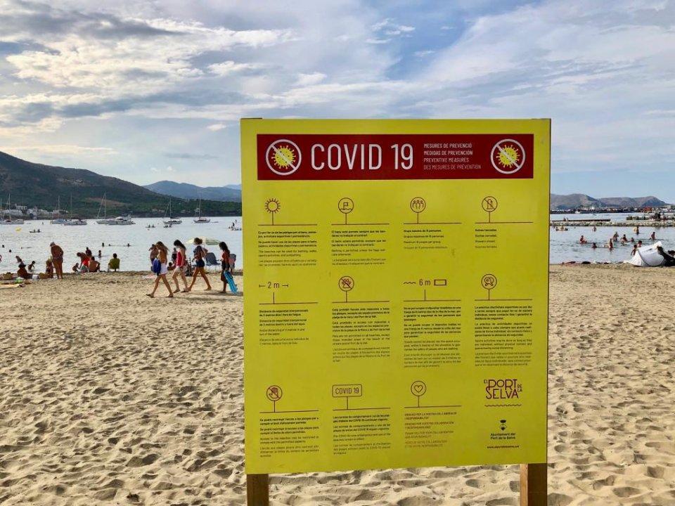A beach sign explaining Covid-19 precautions