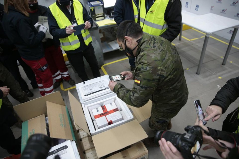 Personnel working on the distribution of the first batches of vaccines that arrived in Spain on 26 December 2020. (Pool Moncloa / JM Cuadrado)