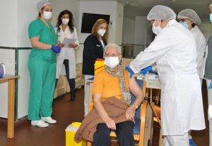 Benilde Domingo, aged 86, receives the first Covid-19 vaccine