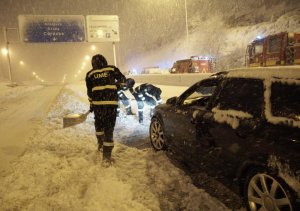 Personnel from Spain's Unidad Militar de Emergencias (UME) helping to dig out drivers trapped in the snow