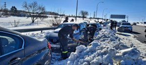 Personnel from Spain's Unidad Militar de Emergencias (UME) helping to dig out drivers trapped in the snow.