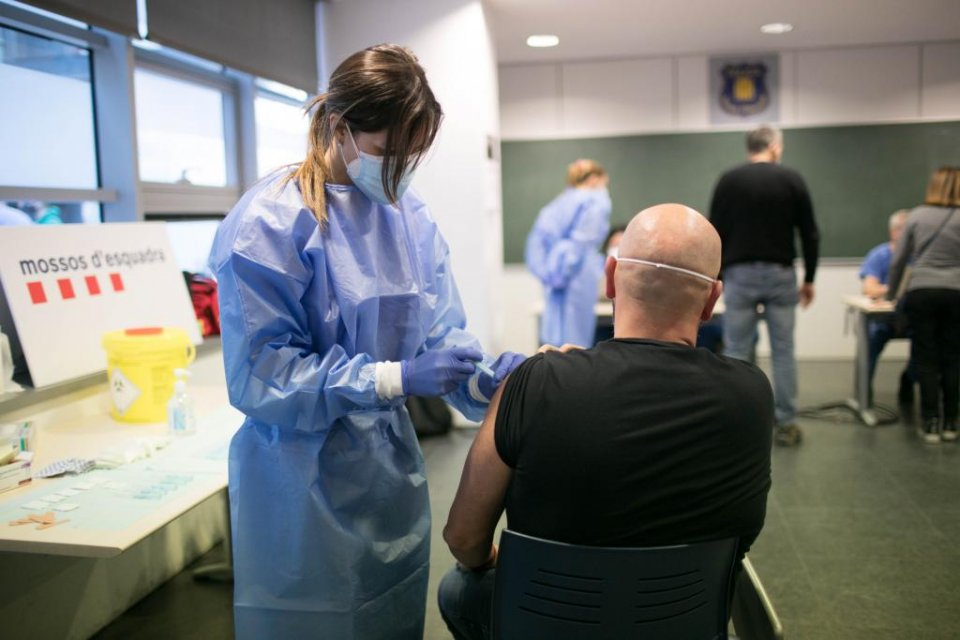 A Covid-19 vaccination jab being administered to an agent of the Catalan police