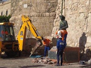 Workmen removing the Franco statue in Melilla