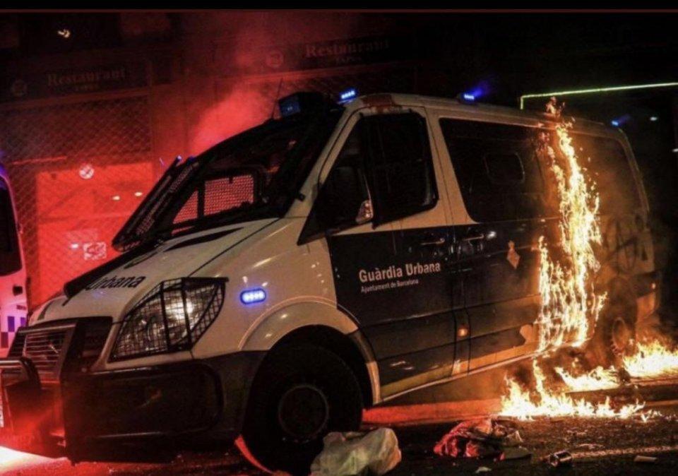 The Guàrdia Urbana police van on fire