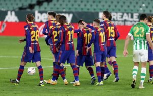 Barça players congratulating Messi