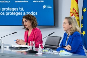 Spanish ministers María Jesús Montero (left) and Nadia Calviño