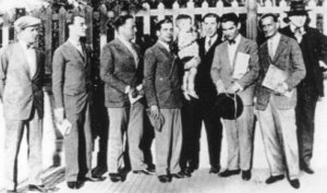 """Editors of """"l'Amis de les Arts"""" (Friends of the Arts) and of """"Manifest Groc"""", including Salvador Dalí and Federico García Lorca, in Sitges in 1927. (Archive / L'Eco)"""