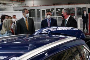King Felipe VI and Spanish Prime Minister Pedro Sánchez during their visit to the Renault factory in Palencia