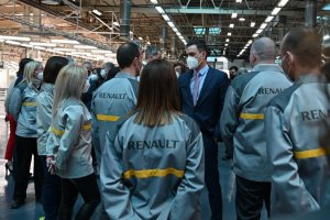 Spanish Prime Minister Pedro Sánchez talking to workers at the Renault factory in Palencia
