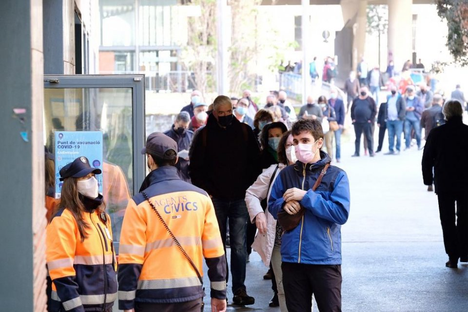 People queuing outside the Faculty of History & Philosophy of the University of Barcelona