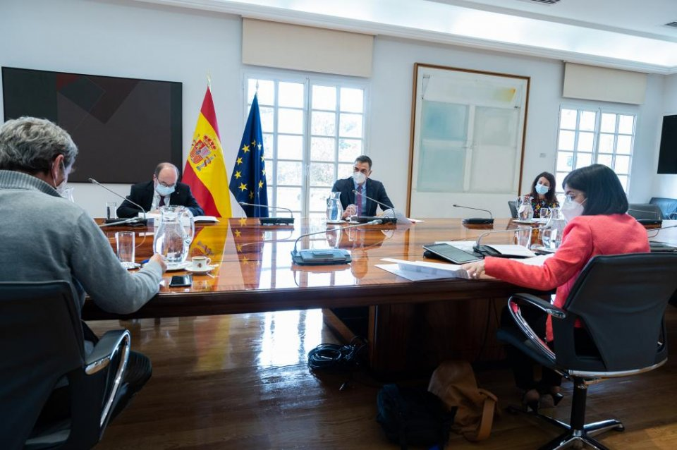 Prime Minister Pedro Sánchez presiding over a committee meeting to update on the Coronavirus situation in Spain