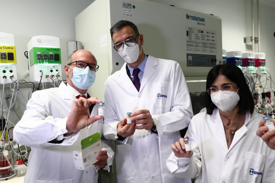 Spanish Prime Minister Pedro Sánchez (centre) and Health Minister Carolina Darias