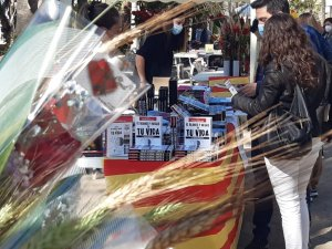 Books and roses in Sitges on Friday 23 April. (L'Eco)