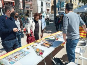 Sitges mayor, Aurora Carbonell, and councillors David Martínez, Guillem Escolà and Xavier Salmerón, visiting a stall on Friday 23 April. (L'Eco)