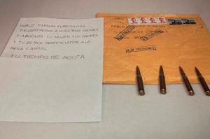 Image of the letter received and tweeted by Pablo Iglesias, containing a death threat and four bullets.