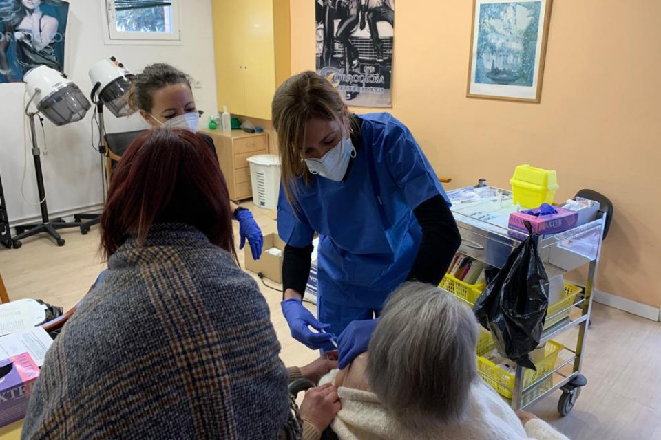 Vaccinations being administered at the Sitges Park residential home.