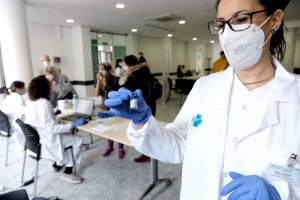 Health workers in Catalonia preparing to administer the one-dose Janssen vaccine