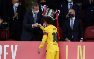 Lionel Messi receives the Copa del Rey trophy from King Felipe VI