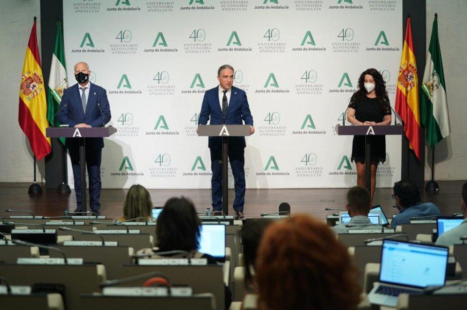 Elías Bendodo leading a press briefing in Andalusia