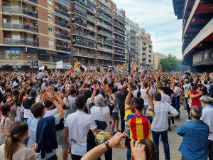 Fans protesting outside the Mestalla stadium in Valencia. (Juan Ignacio Alfonso)