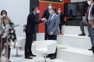 Spanish PM Pedro Sánchez greeting Ximo Puig at Fitur