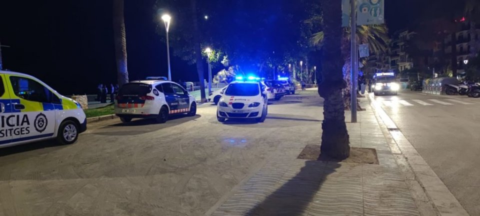 Vehicles of the Mossos and the local police on La Ribera.