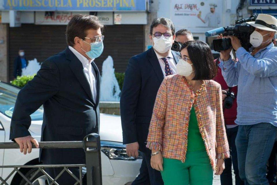 Guillermo Fernández Vara, President of the Extremadura government, welcoming Spanish Health Minister Carolina Darias