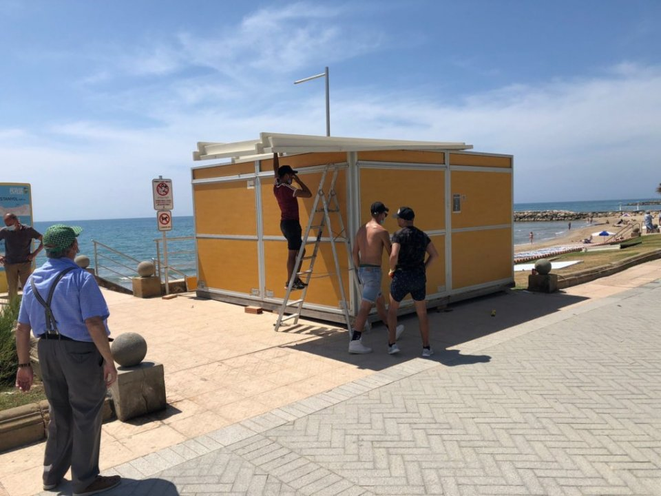 The chiringuito being erected on Sitges promenade