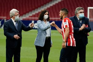 President of the Madrid regional government, Isabel Díaz Ayuso, congratulating La Liga champions Atlético Madrid at the Wanda Metropolitano stadium on 23 May 2021, alongside club president Enrique Cerezo (left) and Culture Minister José Manuel Rodríguez Uribes.