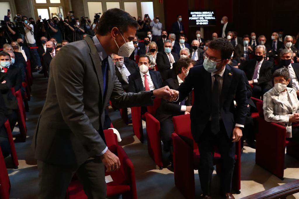 Spanish Prime Minister Pedro Sánchez greeting the Catalan President Pere Aragonès