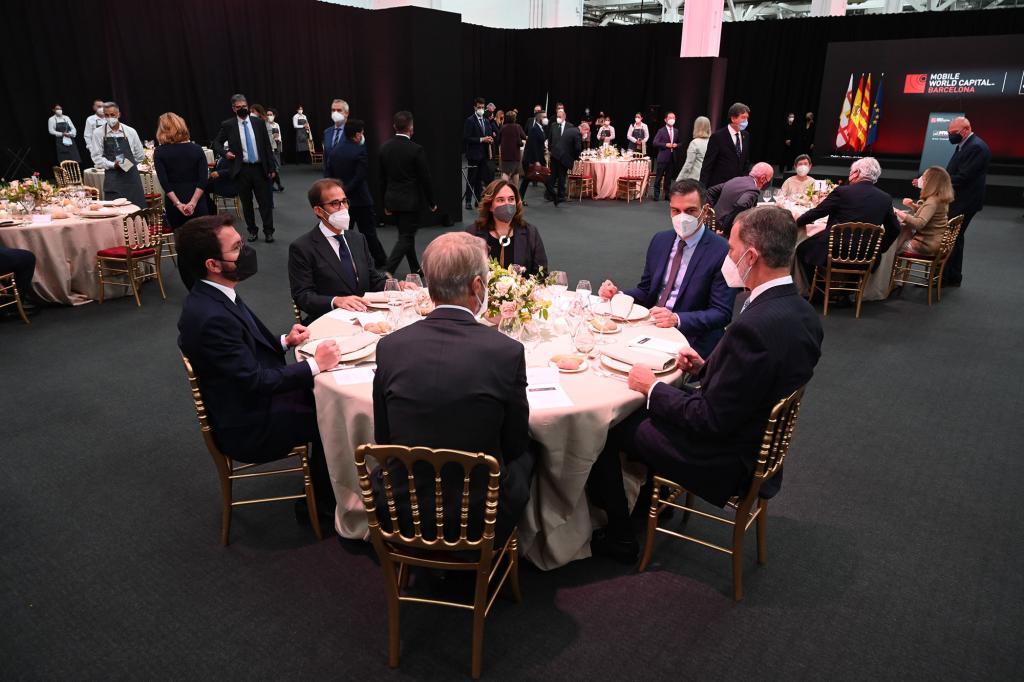 Felipe VI, Spanish PM Pedro Sánchez, Catalan president Pere Aragonès, Barcelona mayor Ada Colau, at dinner with GSMA's Mats Granryd, for the inauguration of the Mobile World Congress
