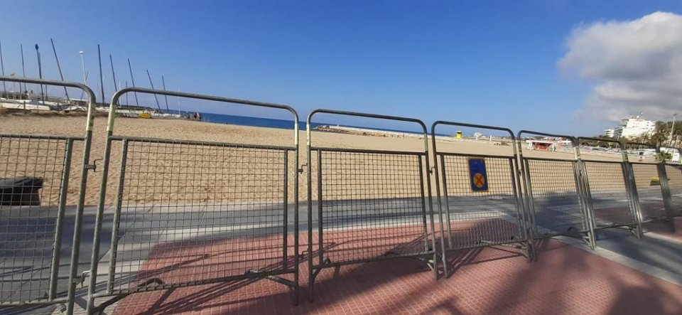 Image of the Sitges Fragata beach cordoned off.