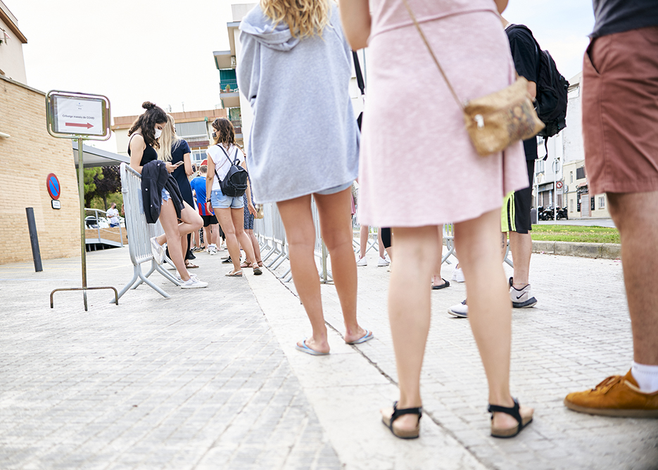 Groups of young people queuing up on 7 July at the CAP in Sitges