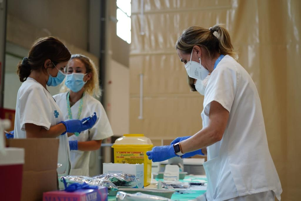 Health workers preparing vaccination jabs in Catalonia. (ICS Catalunya Central)