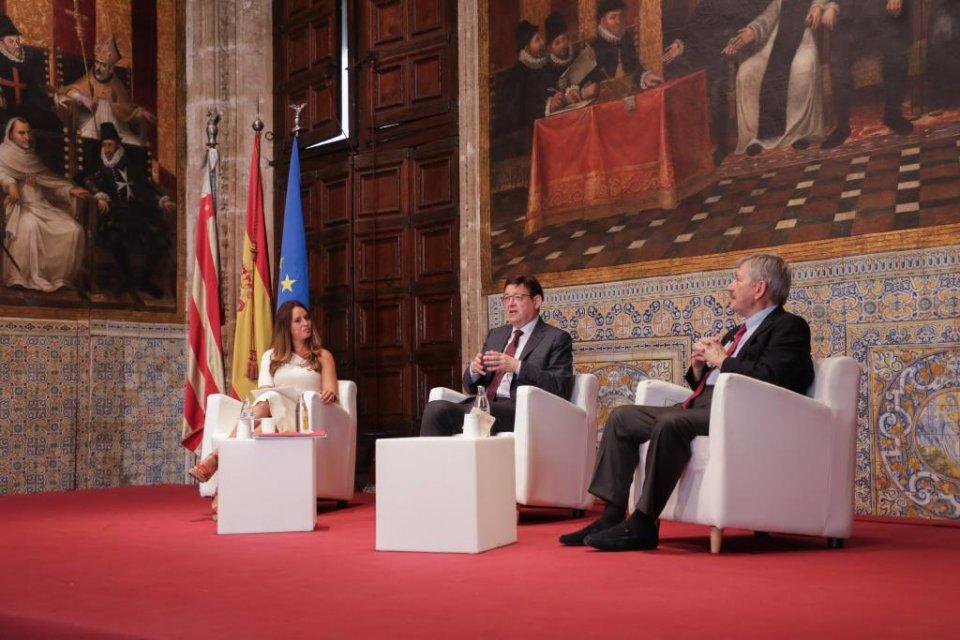 Valencian president Ximo Puig (centre) at the Palacio de Congresos