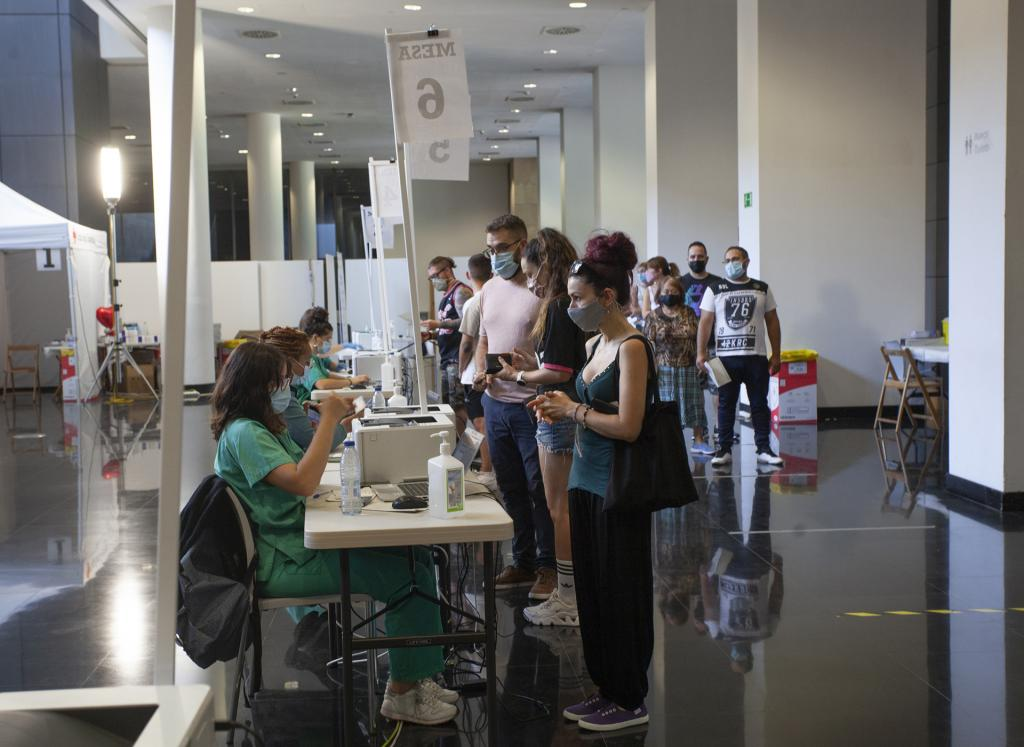 Citizens arriving for vaccinations in La Rioja region during August. (LaRioja.org)