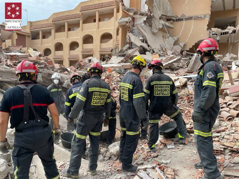 Emergency services at the scene of the collapsed building in Peñiscola. (Diputació de Castelló)