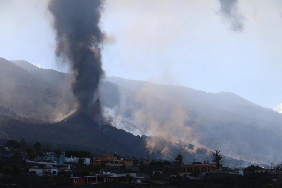 Image of the volcano still erupting captured by Involcan on 25 September 2021. (Twitter / @involucan)