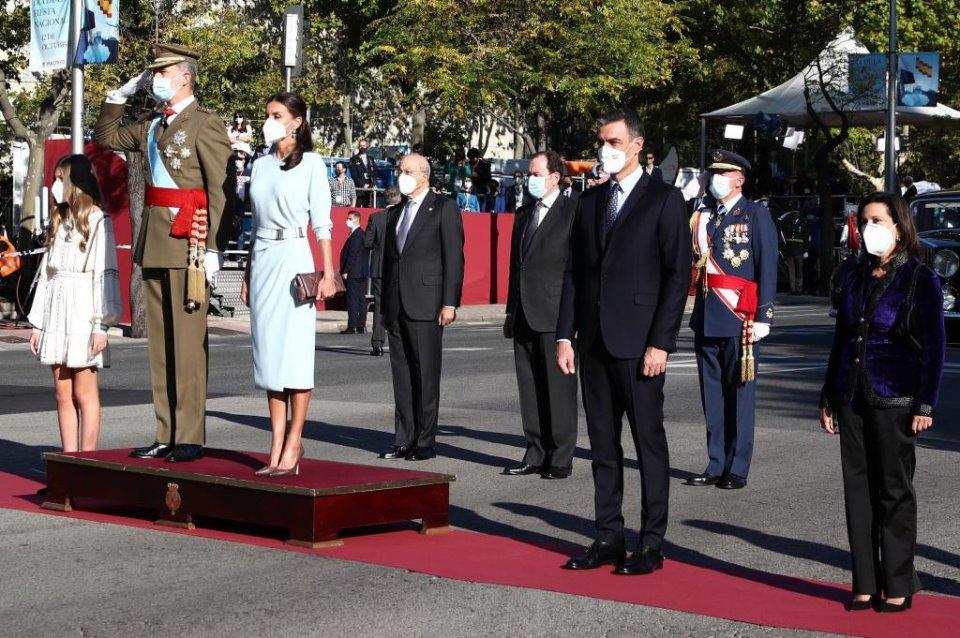 Spanish PM Pedro Sanchez standing alongside Felipe VI and Letizia in Madrid